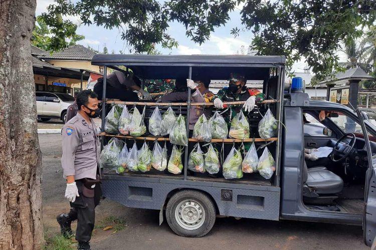 Mobil dinas Polsek Kalibagor, Kabupaten Banyumas, Jawa Tengah, digunakan untuk mengangkut sayuran yang akan dibagian kepada masyarakat terdampak PPKM darurat.