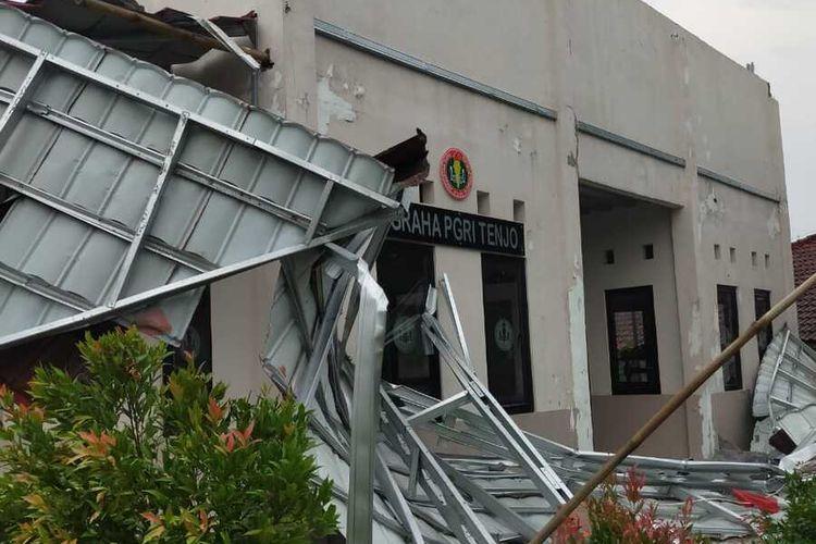 Kondisi sejumlah bangunan rusak dihantam angin kencang di Kecamatan Parung Panjang, Kabupaten Bogor, Jawa Barat, Senin (28/9/2020).