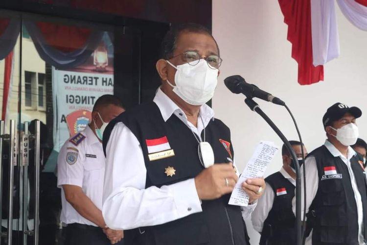 Wali Kota Ambon Richard Louhenapessy memimpin apel di halaman kantor Wali Kota Ambon, Senin (23/8/2021). Richard kembali masuk kantor setelah tiga pekan lamanya beristirahat di rumah usai dinyatakan sembuh dari Covid-19 di Rumah Sakit Siloam Ambon