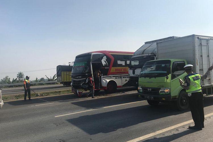Petugas saat mengatur arus lalulintas setelah terjadi tabrakan beruntun di KM 50 Tol Tangerang Merak