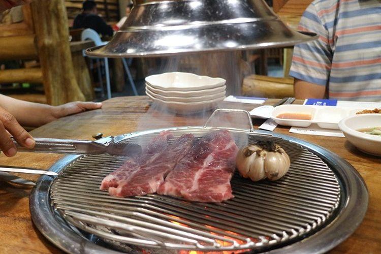 Alat panggang daging barbeque di Restoran Korea Chung Gi Wa, Kebayoran Baru, Jakarta Selatan. Restoran ini memakai teknik peresapan asap ke atas.