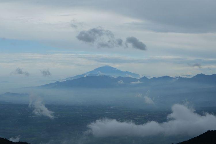 Panorama pegunungan dan gunung dari atas Papandayan