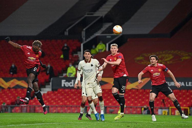 Paul Pogba (kiri) mencetak gol kelima Manchester United dalam pertandingan leg pertama semifinal Liga Europa 2020-2021 melawan AS Roma di Stadion Old Trafford, Jumat (30/4/2021) dini hari WIB.