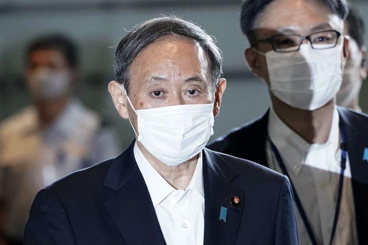 Ketua Sekretaris Kabinet Jepang Yoshide Suga ketika berjalan menuju ke kantor perdana menteri dalam pertemuan kabinet, pada 16 September. Suga resmi menjadi Perdana Menteri Jepang menggantikan Shinzo Abe.