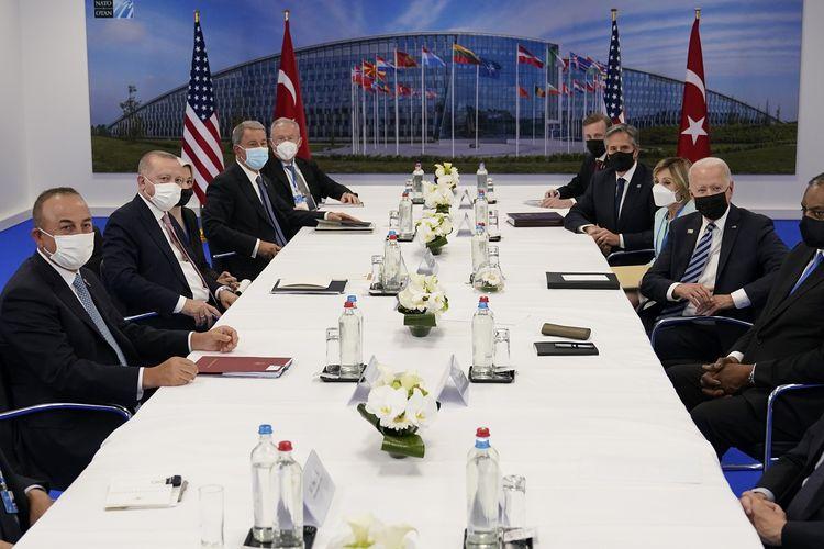 Presiden Amerika Serikat Joe Biden (tengah kanan) dan Presiden Turki Recep Tayyip Erdogan (tengah kiri) terlihat dalam foto menghadiri KTT NATO di Brussels, Belgia, Senin (14/6/2021).