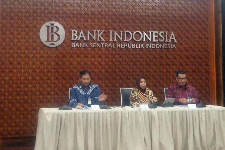 Deputi Gubernur BI, Rosmaya Hadi (tengah) menyampaikan kebutuhan uang kartal selama Ramadhan dan Lebaran tahun ini dalam jumpa pers di Gedung Bank Indonesia, Jakarta, Jumat (10/5/2019).