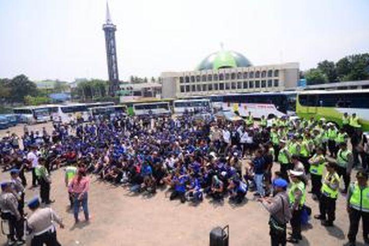 Pendukung Persib Bandung mendapat pengawalan ketat dari petugas Kepolisian Resor Bogor di Simpang Ciawi, Kabupaten Bogor, Minggu (18/10/2015).