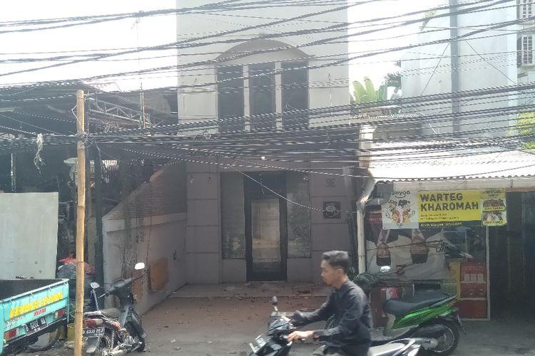 Kabel listrik gantung terlalu rendah di Jalan Kemang III, Jakarta Selatan, Kamis (1/8/2019)
