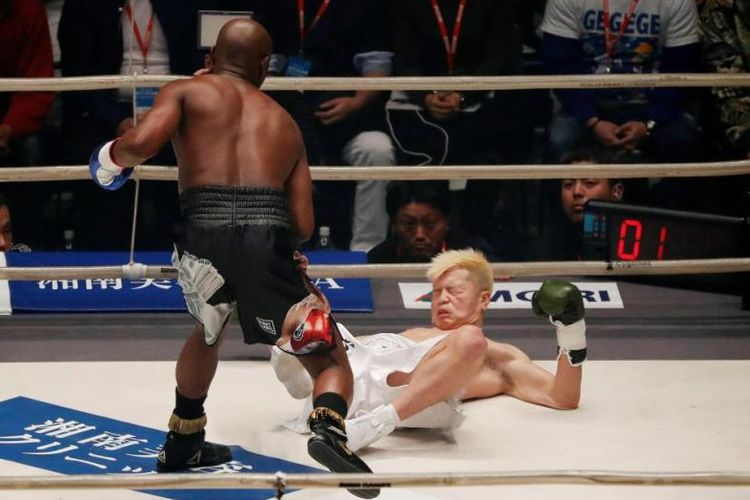 Floyd mayweather Jr menjatuhkan Tenshin Nasukawa, Senin (31/12/2018)