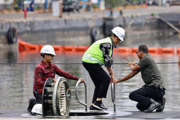 Menkeu Sri Mulyani saat  mendampingi Presiden Jokowi melakukan kunjungan ke PT PAL Indonesia dan meninjau langsung kapal selam KRI Alugoro-405.