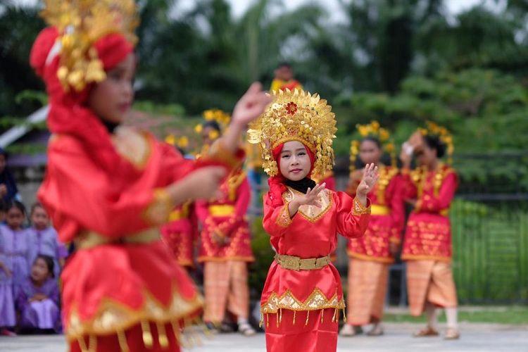 Siswi PAUD Mekar Jaya yang berada di Desa Kota Bani, Kabupaten Bengkulu Utara, menari berbagai tarian nusantara.