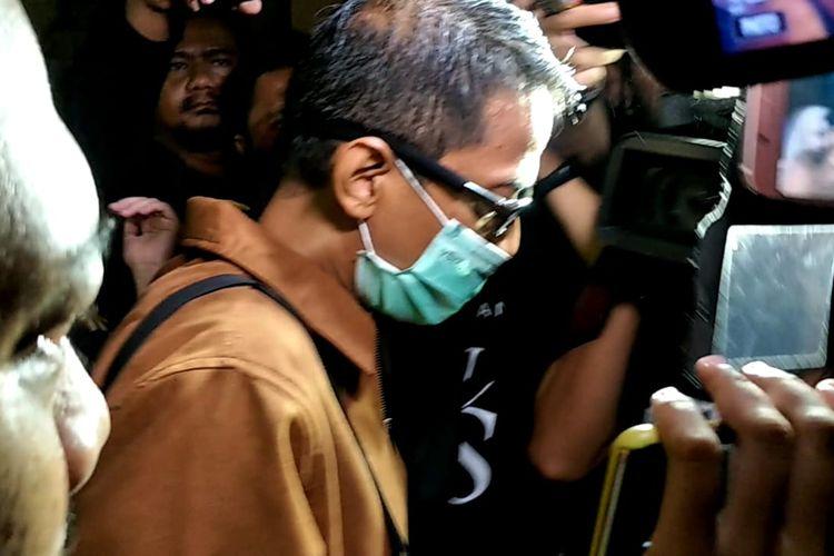 Doddy Sudrajat saat menjenguk putrinya, vanessa Angel di Polres Metro Jakarta Barat, Slipi, Selasa (17/3/2020).
