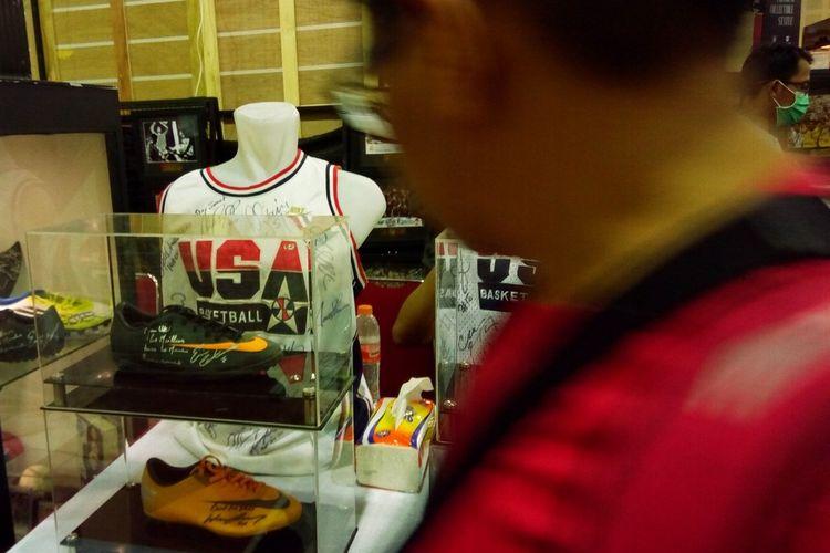 Pengunjung The Jakarta 16th Toys & Comics Fair 2020 di Balai Kartini, Sabtu (29/2/2020), melintas di depan jersey timnas basket Amerika Serikat. Kegiatan tersebut berlangsung hingga Minggu (1/3/2020) pukul 21.00 WIB.