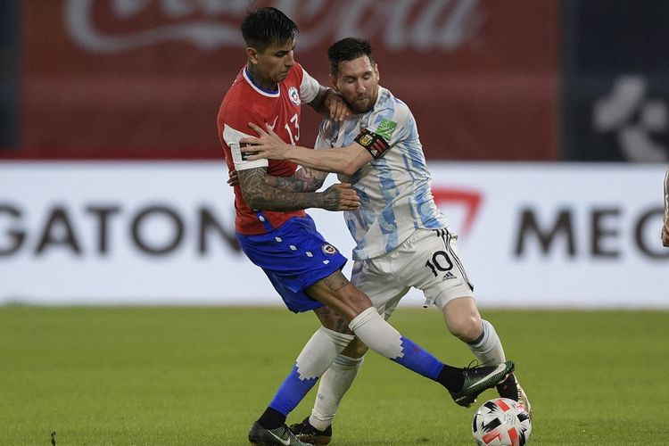 Penyerang Argentina Lionel Messi (kanan) berduel dengan pemain Chile Erick Pulgar (kiri) pada Kualifikasi Piala Dunia 2022 Zona Amerika Selatan di Estadio Unico Madre de Ciudades, Jumat (4/6/2021) pagi WIB.