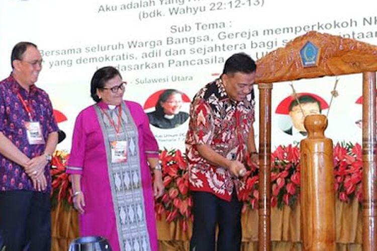 Gubernur Sulawesi Utara (Sulut) Olly Dondokambey memukul tetengkoren tanda secara resmi dimulainya Konferensi Gereja dan Masyarakat X Persekutuan Gereja-Gereja Di Indonesia (KGM X-PGI) di Yogyakarata, Kamis (28/3/2019).