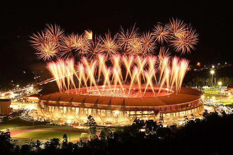 Suasana pertunjukan kembang api saat pembukaan PON Papua di Stadion Lukas Enembe, Sentani, Papua, Sabtu (2/10/2021). Perhelatan olahraga empat tahunan tersebut mengangkat tema 'Torang Bisa'.