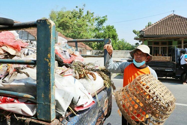 Jumari saat bekerja mengangkut sampah dari rumah- rumah penduduk di wilayah Piyungan, Yogyakarta.