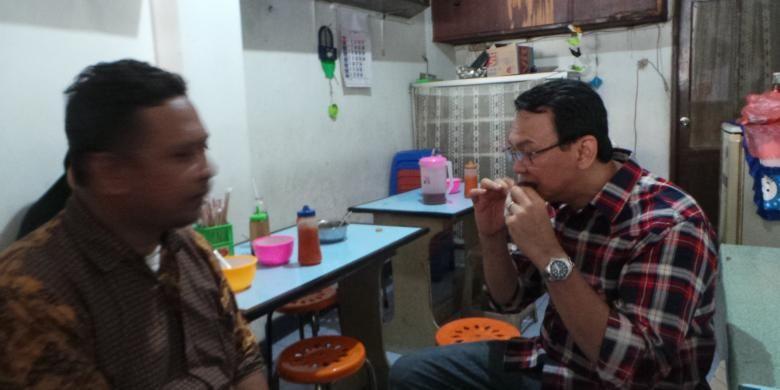 Calon gubernur DKI Jakarta Basuki Tjahaja Purnama sempat memborong dan makan kue karamel saat kampanye di Kebon Jahe, Jakarta Pusat, Selasa (8/11/2016).