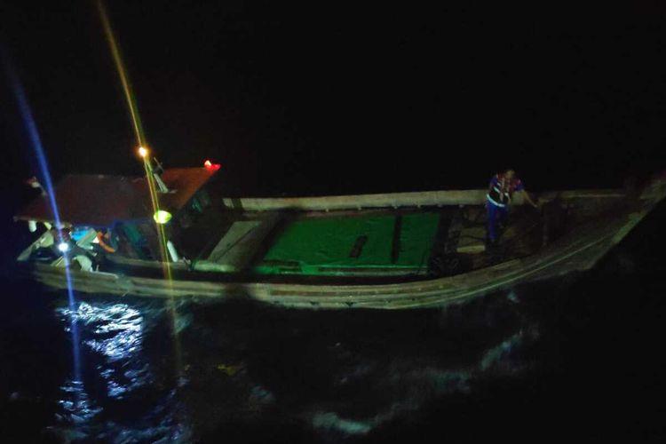KM Dellen Jaya GT 33 ditangkap di sekitar perairan Natuna, dengan tujuan diduga ke Malaysia. Bahkan ketika ditangkap, kapal tersebut membawa pasir timah tanpa dokumen kepabeanan. Pasir timah tersebut berjumlah sekitar 18 ton yang dimasukkan ke dalam 360 karung. Estimasi nilai barang adalah Rp 2,7 milyar.