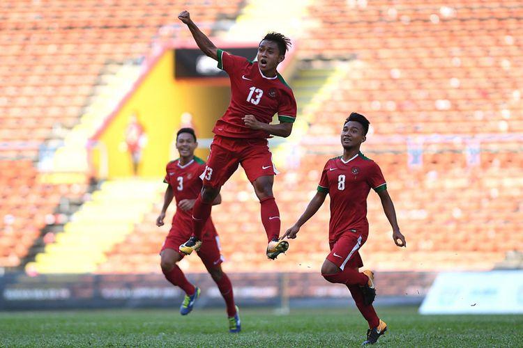 Pemain Timnas U-22 Febri Hariyadi (tengah) melakukan selebrasi usai mencetak gol kedua ke gawang Timnas U-22 Kamboja pada laga terakhir penyisihan grub B SEA Games XXIX Kuala Lumpur di Stadion Shah Alam, Selangor, Malaysia, Kamis (24/8/2017). Timnas Indonesia mendukkan Kamboja denga skor 2-0 sekaligus mengantarkan Indonesia ke babak semifinal.