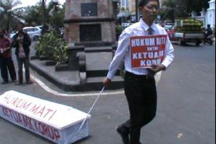 Aksi dukung hukuman mati bagi ketua MK di Solo, Jumat (4/10/2013).