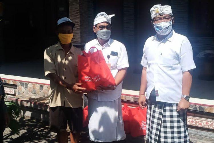 Kepala Lurah Panjer I Made Suryanata saat memberikan bantuan kepada masyarakat di Kelurahan Panjer