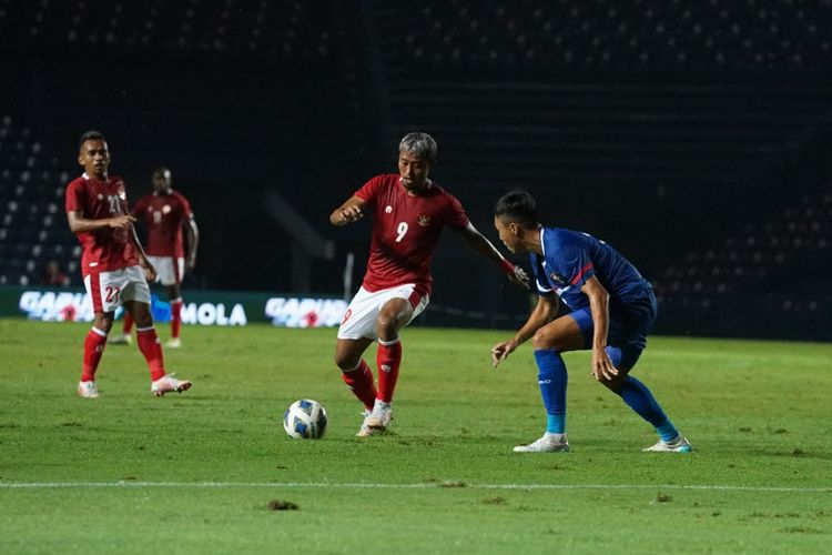 Kushedya Hari Yudo melindungi bola pada laga timnas Indonesia kontra Taiwan, partai leg pertama playoff Kualifikasi Piala Asia 2023 di Chang Arena, Buriram, Thailand, pada Kamis (7/10/2021).