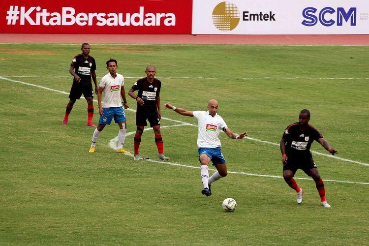 Bruno Silva (kiri) berebut bola dengan Andre Riberio (kanan) dalam laga Persipura Jayapura vs PSIS Semarang pada haru Rabu (4/12/2019)