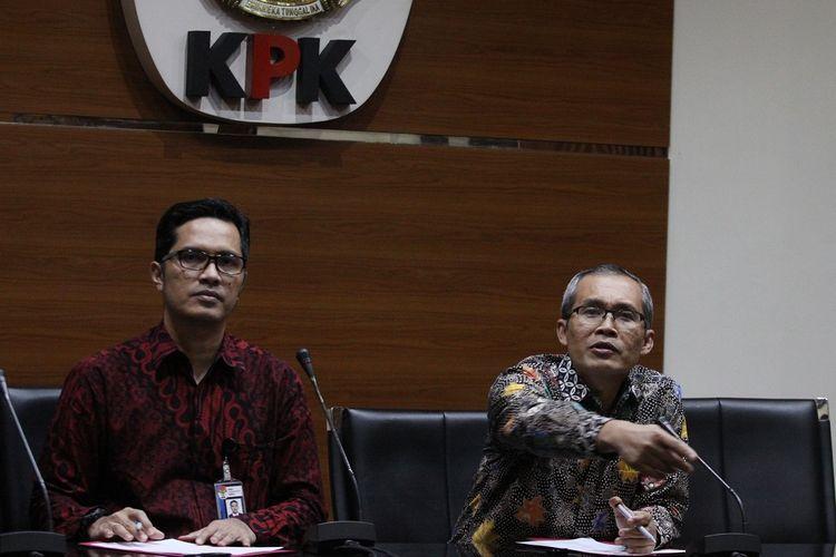 Wakil Ketua KPK, Alexander Marwata (kanan) bersama juru bicara KPK Febri Diansyah (kiri) memberikan keterangan kepada wartawan terkait dengan penetapan tersangka baru, di gedung Komisi Pemberantasan Korupsi, Jakarta, Jumat (1/3/2019). KPK kembali menetapkan korporasi PT. Merial Esa sebagai tersangka baru terkait pengembangan penanganan perkara dugaan suap terhadap anggota DPR RI periode 2014-2019 Fayakhun Andriadi, dalam tindak pidana korupsi proyek pengadaan alat monitoring satelit di Bakamla yang dibiayai APBN-P tahun 2016 . ANTARA FOTO/Reno Esnir/pd. *** Local Caption ***