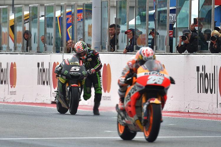 Pebalap Monster Yamaha Tech 3, Johann Zarco (kiri), mendorong motor untuk melewati garis finis pada balapan GP San Marino di Sirkuit Marco Simoncelli Misano, 10 September 2017.