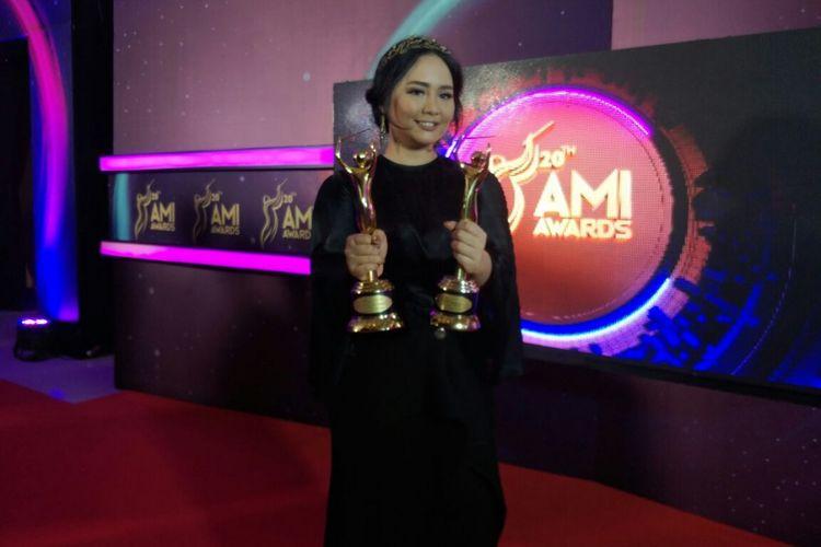 Gita Gutawa menyabet dua penghargaan Anugera Musik Indonesia (AMI) Awards 2017 di Teater Garuda TMII, Jakarta Timur, Kamis (16/11/2017) malam.