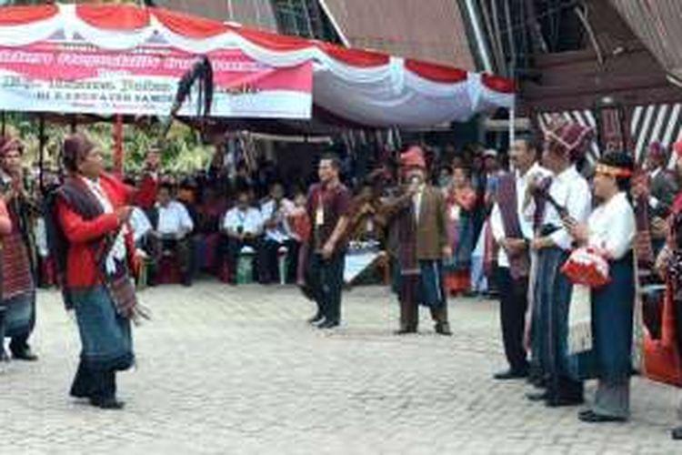 Presiden Joko Widodo (Jokowi) disambut tokoh masyarakat saat berkunjung ke Kabupaten Samosir yang berada di Danau Toba, Minggu (21/8/2016).