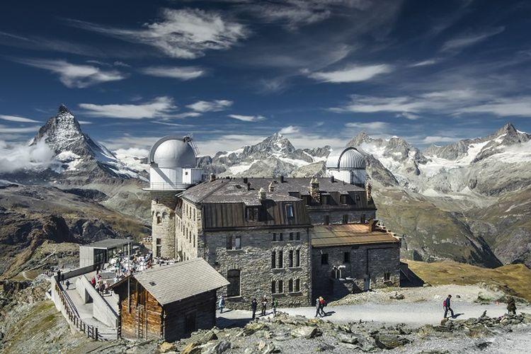 Ilustrasi Swiss - Pemandangan Gunung Matterhorn dari Kulmhotel Gornergrat yang merupakan hotel dan tempat untuk melihat pemandangan dari Gornergrat di Zermatt, Swiss (SHUTTERSTOCK/Burben).
