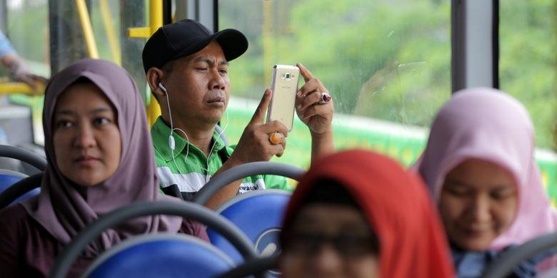 Suasana di dalam bus transjakarta koridor 13 Cileduk - Tendean, Jakarta Selatan, Senin (14/8/2017). Layanan transjakarta koridor 13 mulai beroperasi hari ini, meskipun beberapa halte di koridor tersebut masih belum bisa difungsikan.
