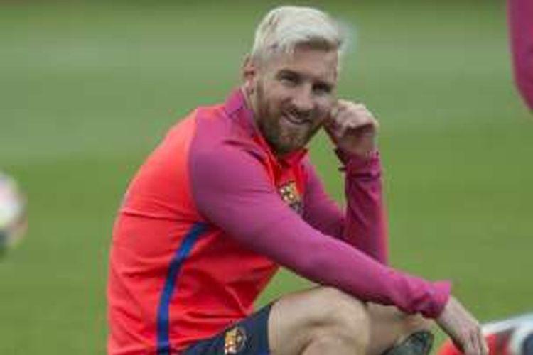 Pemain FC Barcelona, Lionel Messi, menjalani sesi latihan di St George's Park, 29 Juli 2016.