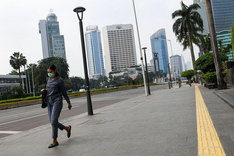 Warga beraktivitas di trotoar kawasan Thamrin, Jakarta, Minggu (29/3/2020). Menurut Juru bicara pemerintah untuk penanganan COVID-19 Achmad Yurianto per Minggu (29/3/2020) sore, jumlah pasien positif COVID-19 di Indonesia telah mencapai 1.285 kasus, sementara kasus kematian mencapai 114 orang dan pasien yang telah dinyatakan sembuh sebanyak 64 orang. ANTARA FOTO/M Risyal Hidayat/foc.