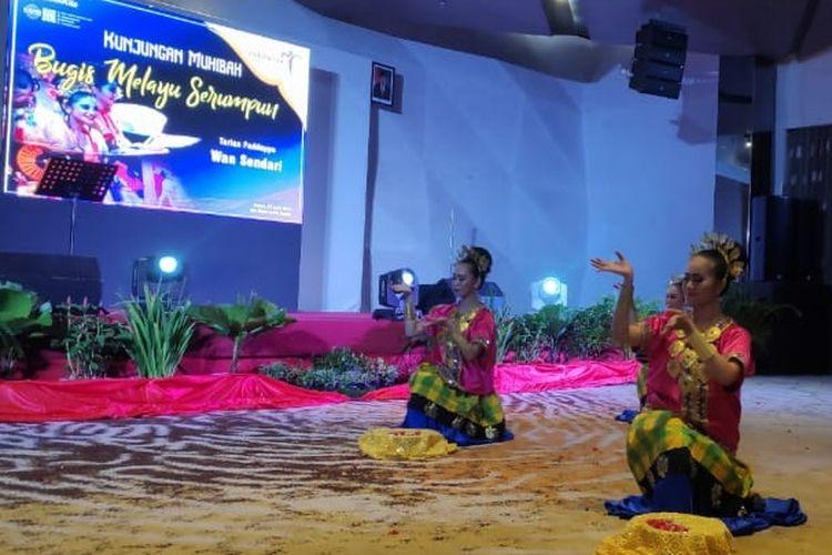 Salah satu tarian tradisional dari Melayu yang ditampilkan di event Kunjungan Muhibah Bugis Melayu Serumpun di Kota Batam, Sabtu (27/4/2019).
