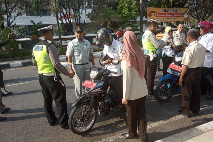 Razia kendaraan dinas yang digelar petugas gabung di Jalan Raya Basuki Rahmad, depan kompleks kantor Bupati Lamongan.
