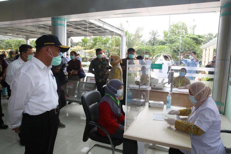 Menteri Koordinator Bidang Pembangunan Manusia dan Kebudayaan Muhadjir Effendy meninjau simulasi pelaksanaan vaksinasi Covid-19 di Rumah Sakit Penyakit Infeksi (RSPI) Sulianti Saroso, Jakarta, Rabu (16/12/2020).