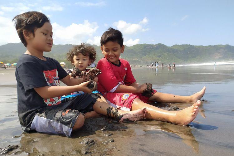 Ilustrasi anak bermain di pantai.