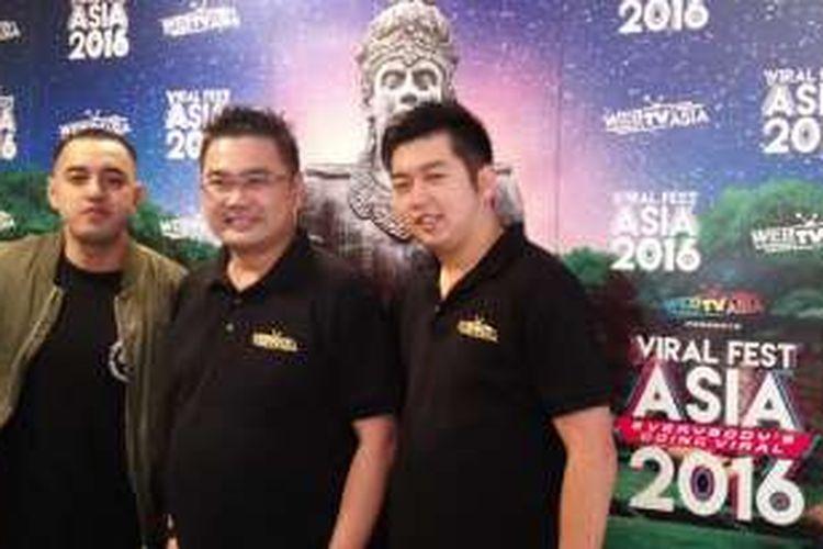 Kemal Pahlevi (kiri), CEO WebTVAsia Fred Chong (tengah), dan Chief Operating Officer WebTVAsia Indonesia Billy Ching (kanan) usai konferensi pers Viral Fest Asia 2016 di Qubicle Senopati 79, Jakarta Selatan, Kamis (23/6/2016).
