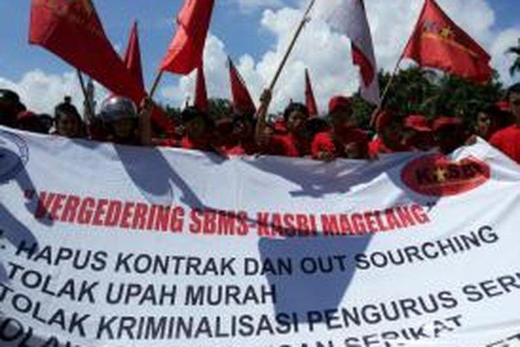 Ratusan pekerja PT. MAJ Magelang menggelar aksi mogok kerja sebagai protes atas keputusan PHK sepihak terhadap beberapa pekerja, Kamis (20/3/2014) lalu.