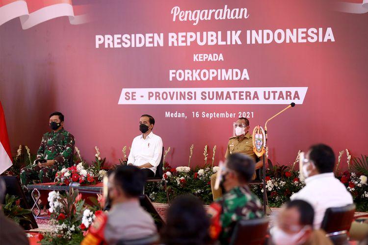 Presiden RI Jokowi memberikan pengarahan kepada Forkopimda se-Sumut di Aula Tengku Rizal Nurdin, Rumah Dinas Gubernur di Medan, Kamis (16/9/2021).