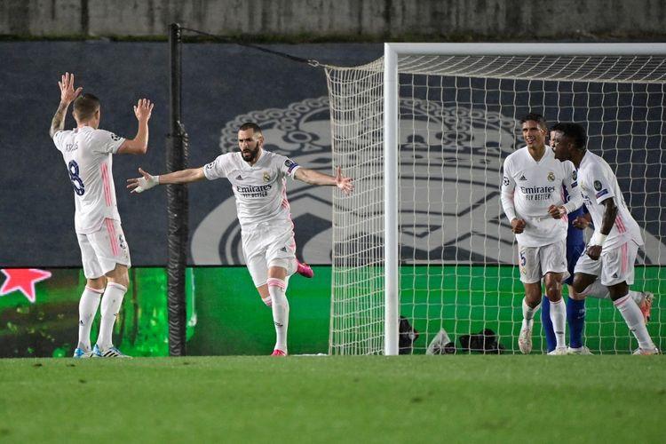 Penyerang Real Madrid, Karim Benzema, merayakan gol kontra Chelsea pada laga leg pertama semifinal Liga Champions di Stadion Alfredo Di Stefano, Madrid, Rabu (28/4/2021) dini hari WIB.