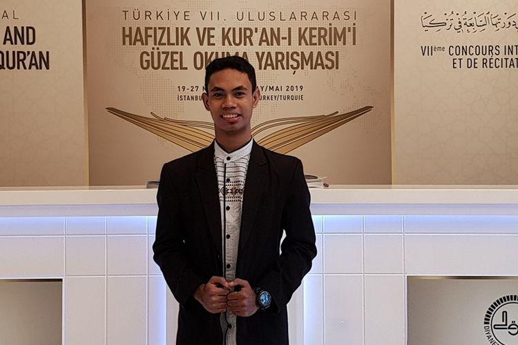 Samsuri Firdaus, mahasiswa Sastra Arab UI angkatan 2017 asal Bima-NTB berhasil menjadi Juara 1 Musabaqah Hifdz al-Qur?an (MTQ) internasional ke-7 di Istanbul, Turki pada Minggu (26/5/2019).