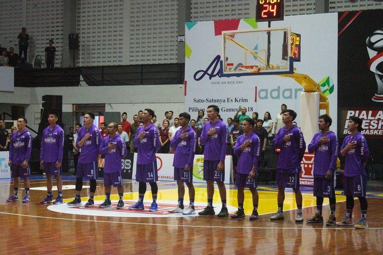 Skuad Amartha Hangtuah sesaat sebelum tip-off laga final Piala Presdien Bola Basket 2019 kontra Satria Muda Pertamina di GOR Sritex Arena, Solo, pada Minggu (24/11/2019)