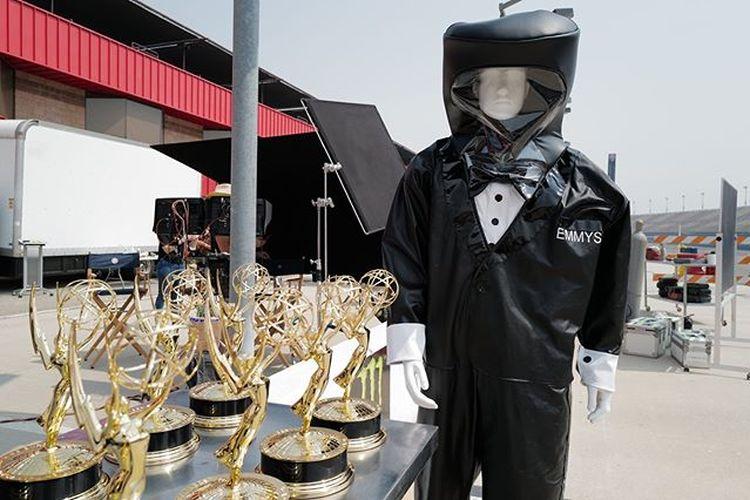 Alat pelindung diri (APD) seperti baju hazmat, face shield, dan penutup kepala yang akan dikenakan presenter Emmy Awards saat menyerahkan trofi kepada pemenang.