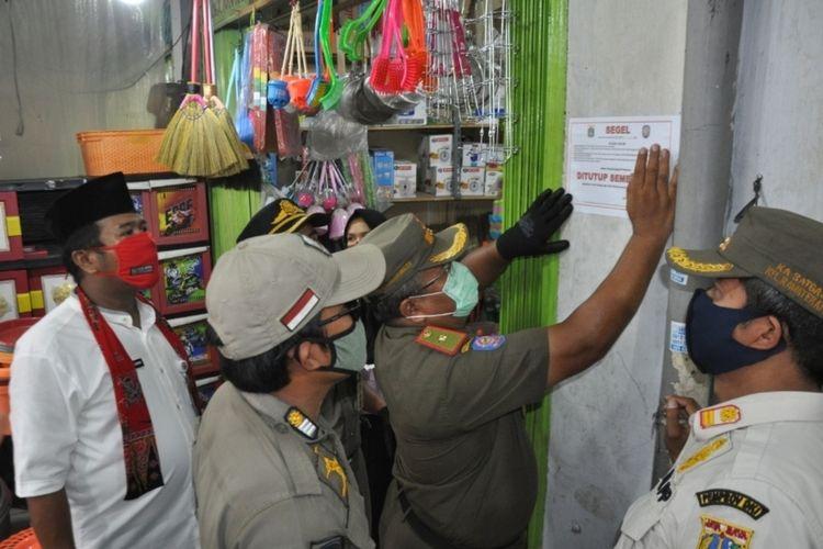Penyegelan salah satu kios di Pasar Pulo Jahe, Cakung, Jakarta Timur, Jumat (8/5/2020).