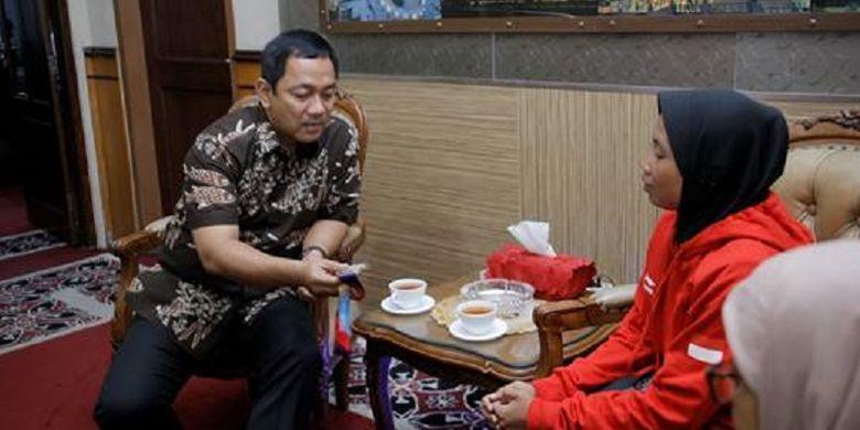 Wali kota Semarang Hendrar Prihadi memberikan bonus berupa uang pembinaan sebesar Rp 50 juta kepada atlet Asian Para Games asal Semaranng, Dian Krisnaningsih di Ruangan VIP Wali Kota, Selasa (16/10/2018).