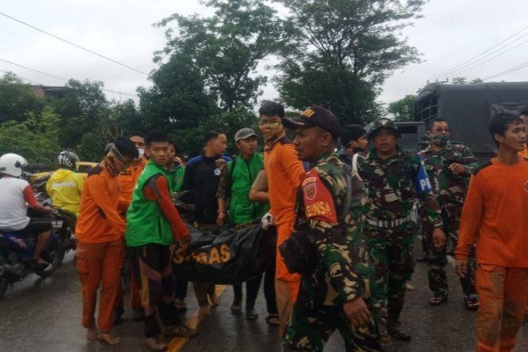 Tim Basarnas Makassar bersama tim gabungan dari personil TNI mengevakuasi jenazah korban banjir bandang di Kabupaten Luwu Utara, Sulawesi Selatan, Selasa (14/7/2020). FOTO/HO/Basarnas Makassar.